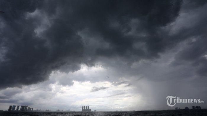 Awan Cumulonimbus menyelimuti perairan Teluk Jakarta di kawasan perairan kepulauan Seibu, Jakarta, Minggu (10/01/2021). Perairan Teluk Jakarta sejak beberapa hari terakhir diselimuti cuaca ekstrem yang berbahaya bagi pelayaran dan penerbangan seputar Kota Jakarta.
