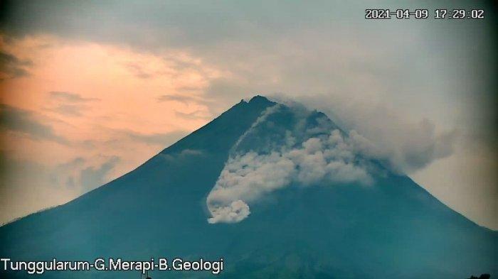 Awan panas guguran Merapi tanggal 9 April 2021 pukul 17:26 WIB tercatat di seismogram dengan amplitudo 20 mm dan durasi 111 detik. Jarak luncur 1300 m ke arah barat daya. Angin bertiup ke timur.