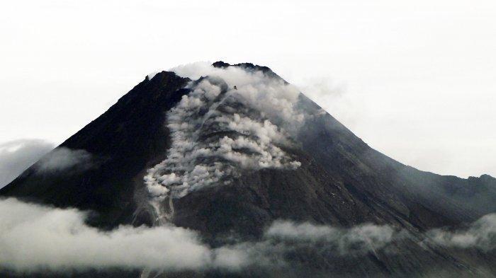 AWAN PANAS - Rentetan guguran lava dan luncuran awan panas Merapi terjadi sepanjang Rabu (27/1/2021) sejak dini hari hingga sekitar pukul 08.30 saat foto-foto ini dibuat. Arah angin dari barat  menyebabkan abu dari awan panas tertiup ke timur. Sebaran abu dilaporkan sampai di Deles, Klaten, Jateng. Rekaman peristiwa erupsi Merapi diabadikan Rabu pagi dari  persawahan Dusun Trini, Trihanggo, Gamping, Sleman, berjarak sekitar 32 kilometer dari gunung berapi itu.
