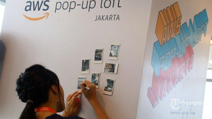 Pengunjung menuliskan pesan dan kesan saat pembukaan AWS Pop-up Loft di Jakarta, Senin (7/10/2019). AWS Pop-up Loft Jakarta yang berlangsung tanggal 7 Oktober - 1 November bertujuan untuk menyediakan ruang kolaborasi yang dinamis di mana entrepreneur, startup, komunitas, dan pengembang dapat memperoleh akses gratis ke sesi pendidikan teknologi dan bisnis serta berinteraksi dengan para pakar AWS, mitra AWS Partner Network (APN), dan pengguna komputasi awan. TRIBUNNEWS/IRWAN RISMAWAN