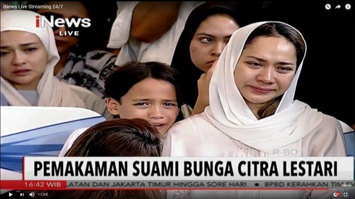 Noah menangis di pundak BCL usai pemakaman Ashraf Sinclair. BCL juga tak kuasa menahan air matanya.
