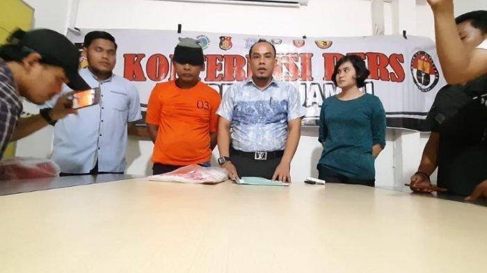 SD (42), warga Kelurahan Kenali Besar, Kecamatan Alam Barajo, yang menyetubuhi anak kandung lebih dari 100 kali.