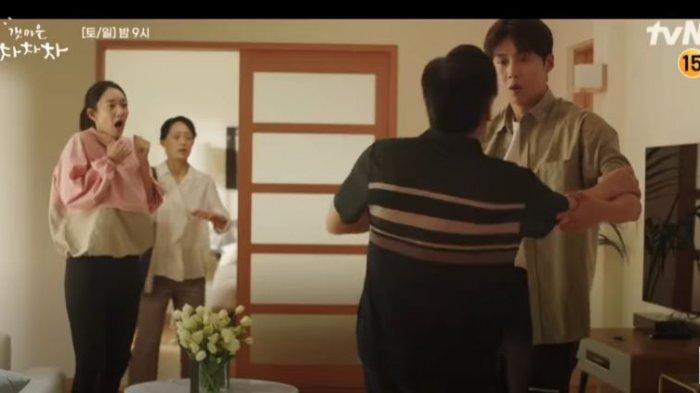 Ayah Hye Jin terkejut melihat Kepala Hong, Hometown Cha-Cha-Cha episode 9.