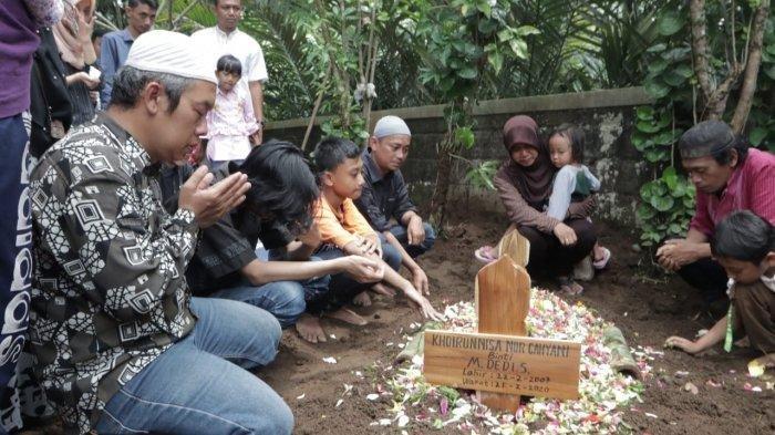 Khoirunnisa Nur Cahyani Sukmaningdyah, yang merupakan salah satu korban meninggal saat acara susur sungai dimakamkan hari Sabtu (22/2/2020) ini di makam Dusun Karanggawang Girikerto, Turi
