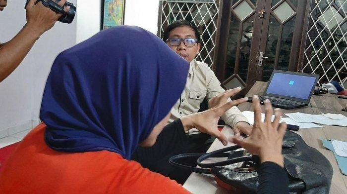IRT asal Luwu Timur, RS, saat mengadukan kasus rudapaksa yang menimpa tiga anaknya ke Pusat Pelayanan Terpadu Pemberdayaan Perempuan Anak (P2TP2A) Kota Makassar pada Sabtu (21/12/2019) petang.