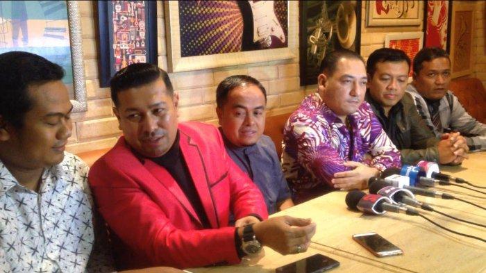 Ayah Taqy Malik, Mansyadin Malik (tengah) didampingi tim kuasa hukum Taqy Malik saat jumpa pers di kawasan Senayan, Jakarta Pusat, Rabu (20/12/2017).