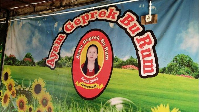 Ayam Geprek Bu Rum yang berada di di Jalan Wulung Lor, Papringan, Caturtunggal, Depok, Sleman, Yogyakarta.