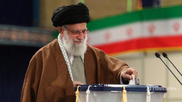 Pemimpin Tertinggi Iran Ayatollah Ali Khamenei memberikan suaranya pada  pemilihan parlemen di sebuah TPS di Teheran, Iran. Jum'at (21/02/2020). Orang-orang Iran mulai memberikan suara dalam pemilihan parlemen yang mana kaum konservatif diperkirakan akan mendominasi, memanfaatkannya pada kemarahan publik terhadap Presiden konservatif moderat Hassan Rouhani karena ekonomi yang hancur, korupsi dan berbagai krisis. (KHAMENEI.IR/ AFP/HO/IRANIAN PRESIDENCY)