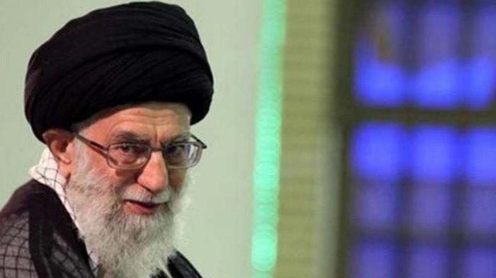 Ayatollah Ali Khamenei. Pemimpin Tertinggi Iran Ayatollah Ali Khamenei berjanji akan mengirim balasan atas tewasnya ilmuwan nuklir pada Sabtu (28/11/2020). Khamenei juga berjanji melanjutkan pekerjaan Mohsen Fakhrizadeh, yang diyakini oleh pemerintah Barat dan Israel sebagai perancang program senjata nuklir rahasia Iran.