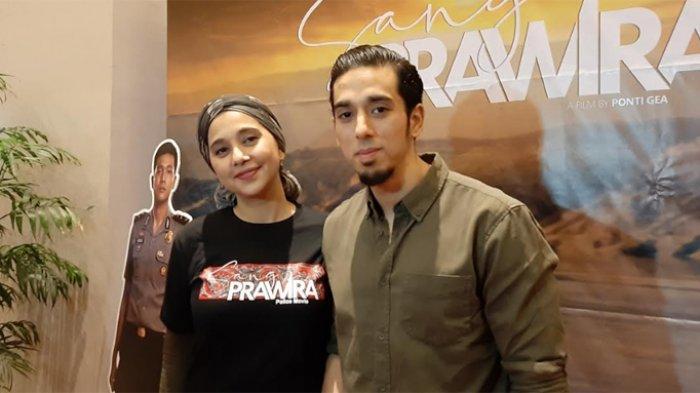 Ayu Azhari bersama dengan putra sulungnya, Axel Djody Gondokusumo disela-sela gala premiere film 'Sang Prawira', di XXI Epicentrum Walk Kuningan, Jakarta Selatan, Sabtu (23/11/2019).