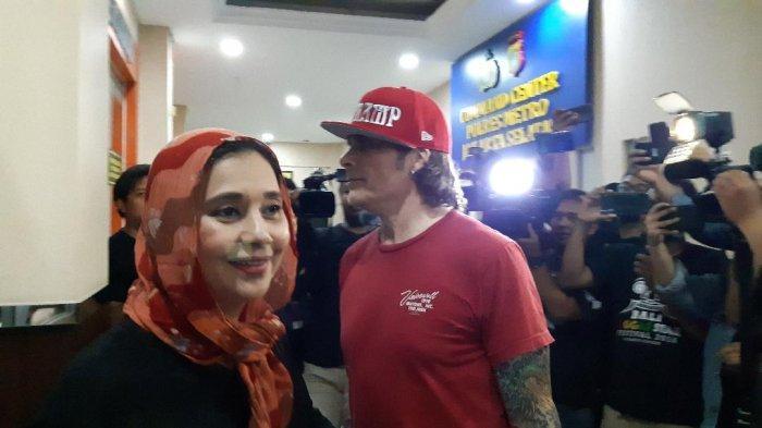 Bawa Beberapa Bungkus Makanan, Ayu Azhari dan Suaminya Sambangi Polres Metro Jakarta Selatan