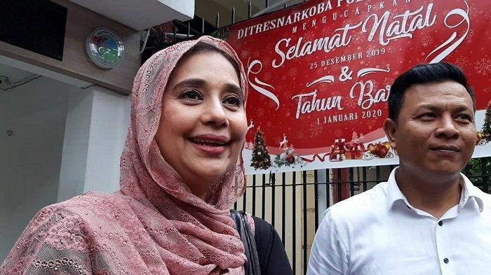 Ayu Azhari usai membesuk Ibra Azhari dan Medina Zein di Ditresnarkoba Polda Metro Jaya, Selasa (31/12/2019).