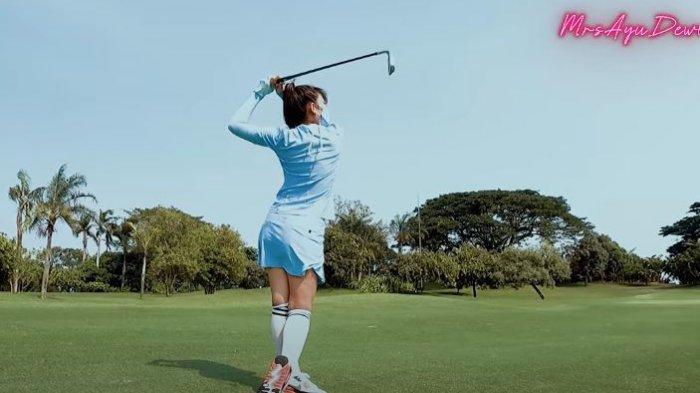 Ayu Dewi olahraga golf ditengah bulan puasa