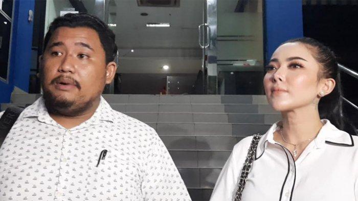 Ayu Aulia bersama kuasa hukumnya, Donny Manurung usai menyambangi Polda Metro Jaya, Rabu (21/7/2021).