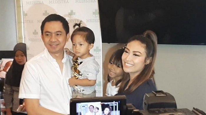 Ayu Dewi dan Regi Datau, bersama dua anaknya saat ditemui saat konferensi pers kelahiran anak ketiga mereka di RS Medistra, Jakarta Selatan, Jumat (4/10/2019).