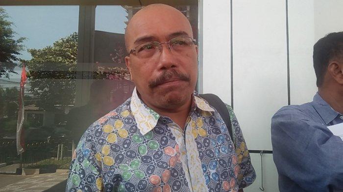 Analis kebijakan transportasi Forum Warga Kota Jakarta (FAKTA) Azas Tigor Nainggolan usai mendaftarkan gugatan perdatanya terhadap PT Perusahaan Listrik Negara (PLN) Persero atas tuduhan Perbuatan Melawan Hukum (PMH) di Pengadilan Negeri Jakarta Selatan pada Rabu (21/8/2019).