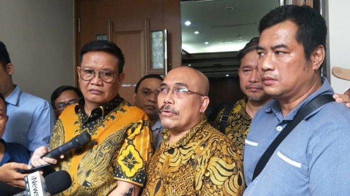 Salah satu penggugat class action (kanan abu-abu), Rudi bersama anggota tim advokasi Azaz Tigor Nainggolan (batik, tengah) di PN Jakarta Pusat, Senin (3/2/2020)