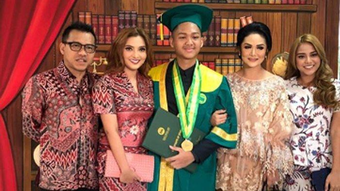 Azriel wisuda bersama kedua orangtuanya.
