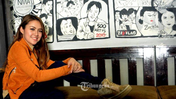 Baby Shima, penyanyi asal Malaysia  memberikan keterangan kepada wartawan akibat pemberitaan seputar prostitusi online artis yang ditayangkan oleh sebuah program tayang infotainment televisi swasta, yang mencantumkan foto dirinya dan menyebut sebagai artis berinisial BS, Jumat (18/1/2019) di Studio Nagaswara, Menteng, Jakarta Pusat.