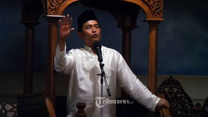 Bakal Calon Gubernur (Bacagub) DKI Jakarta, Yusril Ihza Mahendra memberikan khutbah Jumat di Masjid Blok M Square, Blok M, Jakarta Selatan, Jumat (25/3/2016).