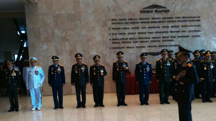 Jelang Pensiun, Jenderal Badrodin Dapat 4 Tanda Kehormatan dari TNI
