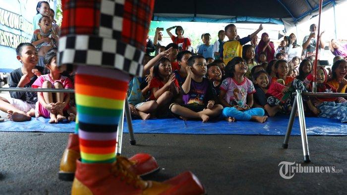 Sejumlah Badut yang tergabung dalam Aku Badut Indonesia menghibur anak-anak korban banjir di Posko Pengungsi  Perumahan IKPN, Pesanggrahan, Jakarta, Minggu (5/1/2020).