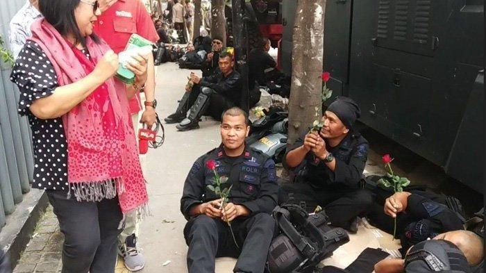 Karyawan Perkantoran di Jalan MH Thamrin Bagikan Mawar Merah ke Petugas di Bawaslu