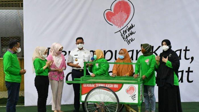 Bagi-bagi Gerobak ala Ketum PPP-Gubernur DKI Anies Baswedan ke Ibu-ibu Penjual Sayur