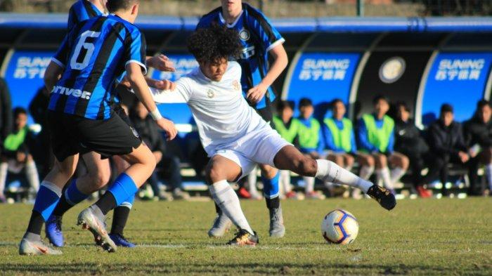 Bagus Kahfi Dikelilingi pemain Inter U-17