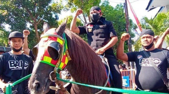Bagyo Wahyono menunggangi kuda hitam saat berangkat mendaftar ke KPU Kota Solo, Minggu (6/9/2020).