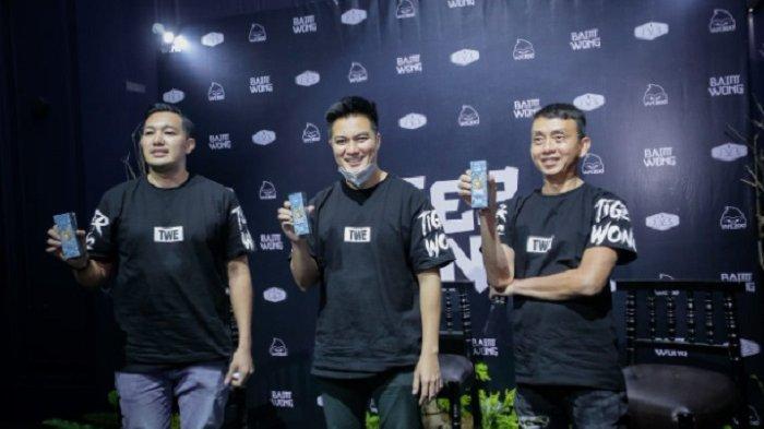 Baim Wong bersama dua rekannya, Boedyanto dari Jakarta Vapor Shop dan Winarno dari Vapezoo, merilis liquid Tiger Wong di Kawasan SCBD, Jakarta, Sabtu (27/3/2021).
