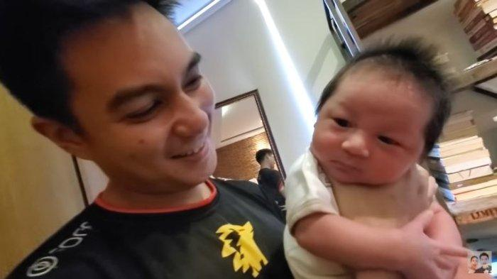 Baim Wong belajar cara menggendong anak pertamanya, Kiano.