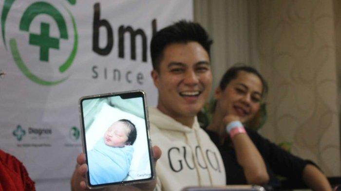 Baim Wong dan Paula Verhoeven dikaruniai seorang anak di Rumah Sakit Bunda, Menteng, Jakarta, Sabtu(28/12/19). Baim Wong menunjukkan foto anaknya. (KOMPAS.com/DIENDRA THIFAL RAHMAH)