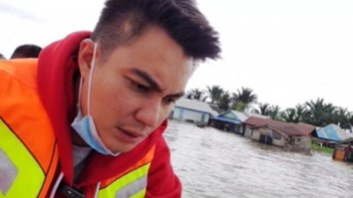 Rasa sedih diungkapkan Baim Wong saat melihat langsung lokasi banjir di Kalimantan Selatan.
