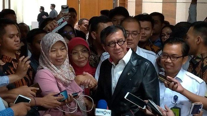 Baiq Nuril bersama Menkumham Yasonna Laoly di DPR RI, Senayan, Jakarta, Rabu (24/7/2019).