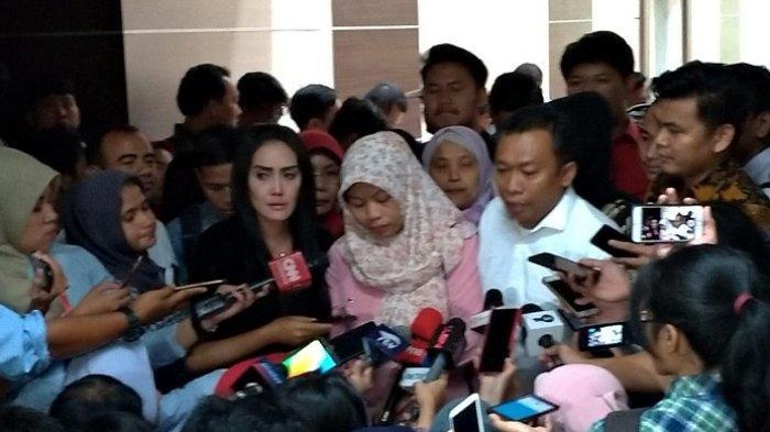 Baiq Nuril menitikkan air mata usai Komisi III DPR RI menyetujui pemberian amnesti, Rabu (24/7/2019).