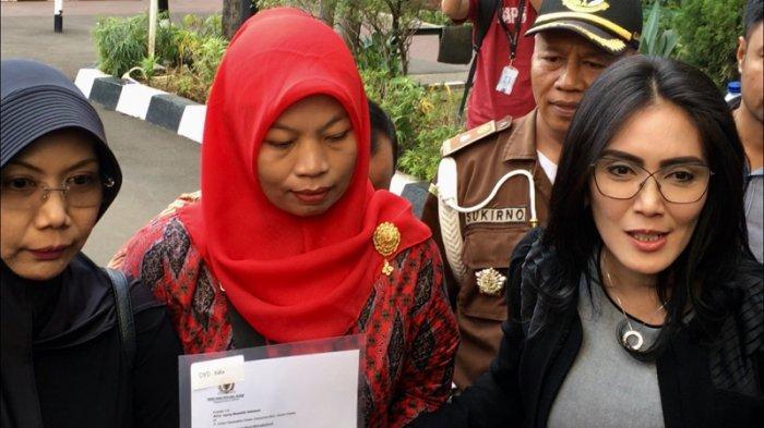 Baiq Nuril (tengah) dan anggota DPR RI Fraksi PDI Perjuangan Rieke Diah Pitaloka menemui Jaksa Agung Muhammad Prasetyo di Gedung Kejaksaan Agung RI, Jakarta Selatan, Jumat (12/7/2019) pagi.