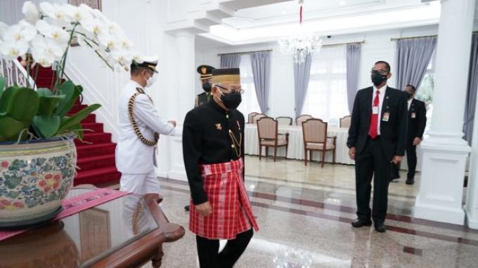 Wakil Presiden (Wapres) K.H. Ma'ruf Amin pagi ini menghadiri Sidang Tahunan MPR dan Sidang Bersama DPR dan DPD Tahun 2021 di Ruang Rapat Paripurna, Gedung Nusantara MPR/DPR/DPD, Senin (16/08/2021). Turun dari mobilnya, Wapres tampak mengenakan pakaian adat Suku Mandar asal Sulawesi Barat.