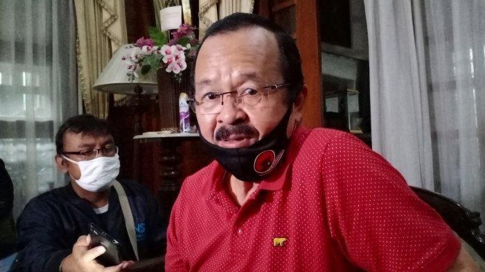 Bakal Calon Wali Kota Solo, Achmad Purnomo saat melayani permintaan wartawan di kediamannya, Minggu (7/6/2020).
