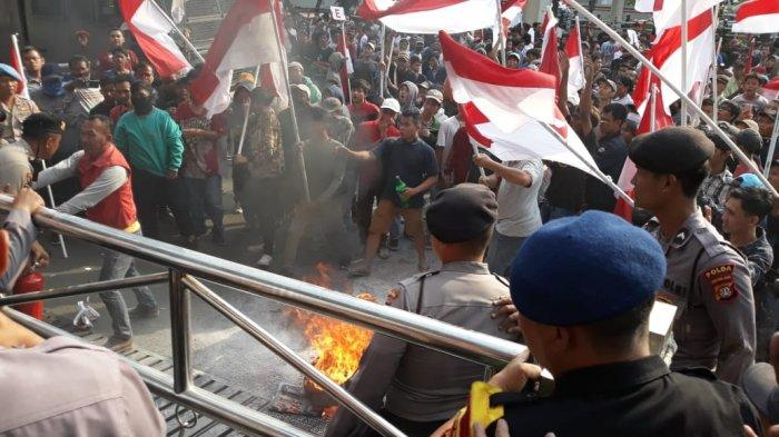 Aksi saling antara massa aksi pro revisi UU KPK dan polisi terjadi di halaman depan Gedung Merah Putih, Kuningan Jakarta Selatan, Jumat (20/9/2019)