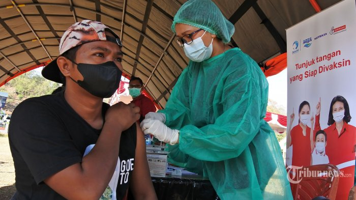 Petugas kesehatan menyuntikan cairan vaksin COVID-19 kepada seorang pelaku ekonoomi kreatif di Labuan Bajo, Manggarai Barat, NTT, Rabu (1/9/2021).Kementerian Pariwisata dan Ekonomi Kreatif bekerja sama dengan Danone menyelenggarakan vaksinasi COVID-19 bagi 4.000 pelaku ekonoomi kreatif di Labuan Bajo dengan tujuan agar membangkitkan kembali daerah itu sebagai daerah wisata super prioritas. (TRIBUNNEWS/HO/BPOLBF)