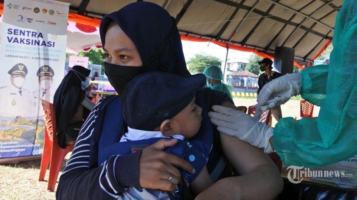 Petugas kesehatan menyuntikan cairan vaksin COVID-19 kepada seorang pelaku ekonoomi kreatif di Labuan Bajo, Manggarai Barat, NTT, Rabu (1/9/2021).