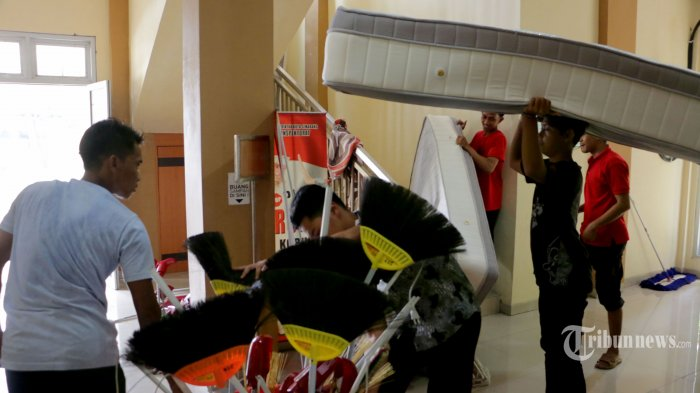 Sejumlah pekerja sedang menyiapkan kamar isolasi dan ruangan untuk penanganan virus corona atau Covid-19 di Balai Pendidikan dan Pelatihan (Balai Diklat) Kota Semarang, Jalan Fatmawati No. 73 A (Ketileng Raya), Sendangmulyo, Kecamatan Tembalang, Kota Semarang, Jawa Tengah, Selasa (24/3/2020). Tribun Jateng/Hermawan Handaka