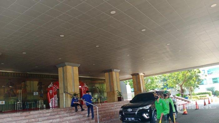 Suasana sepi Gedung Blok G Balai Kota DKI Jakarta, Jalan Medan Merdeka Selatan, Gambir, Jakarta Pusat. (17/9/2020) Lingkungan Balai kota ditutup dari aktifitas karyawan selama tiga hari. Penutupannya dimulai sejak Kamis (17/9/2020) sampai Sabtu (19/9/2020). Gedung berlantai 22 dijaga sejumlah petugas Pengamanan Dalam (Pamdal) yang melarang Aparatur Negeri Sipil (ASN) masuk,  karena ada penyemprot seluruh ruangan dengan cairan disinfektan demi memusnahkan virus Covid-19. Karena Sebelumnya dua pejabat eselon II kembali terkena Covid-19, dan Sekretaris Daerah (sekda) Saefullah meninggal dunia akibat virus ini pada Rabu (16/9/2020) lalu. (WARTAKOTA/Henry Lopulalan)