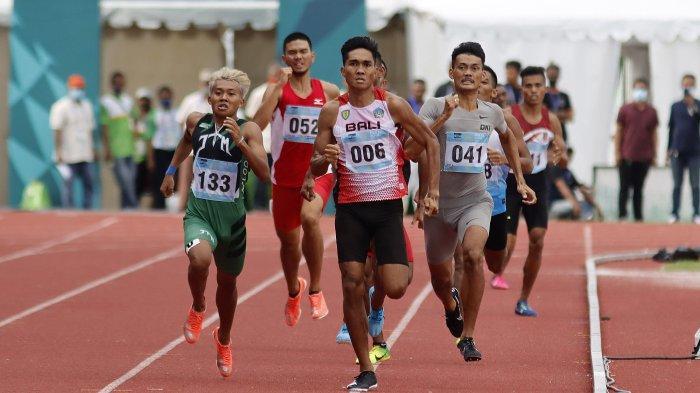 Para pesera nomor Lari 800 Meter Putra PON XX Papua berpacu di 50 meter terakhir, medali emas berhasil diraih pelari Bali, Ketut Mertayasa (006), nomor ini digelar di Stadion Mimika Sport Complex, Rabu (13/10/2021).