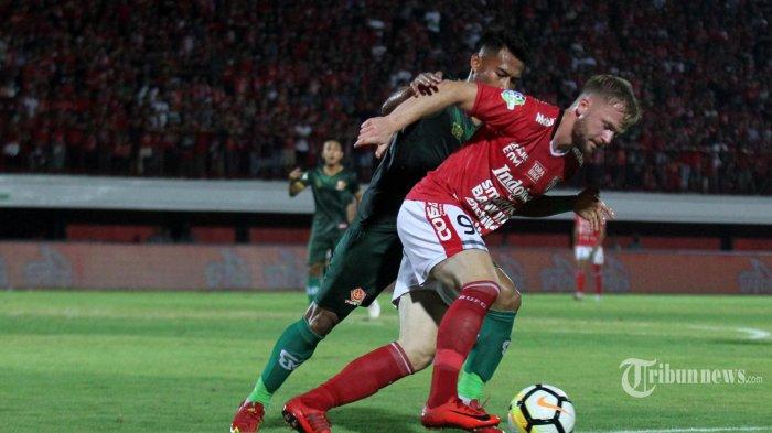 Melvin Platje, Pemain Bali United berebut bola dengan Ahmad Nufiandi Pemain PS.Tira dalam babak lanjutan Putaran kedua Liga 1 di Stadion Dipta,Gianyar, Senin (24/9). Bali United ditahan imbang PS.Tira 1-1. (TRIBUN_BALI/RIZAL_FANANY)