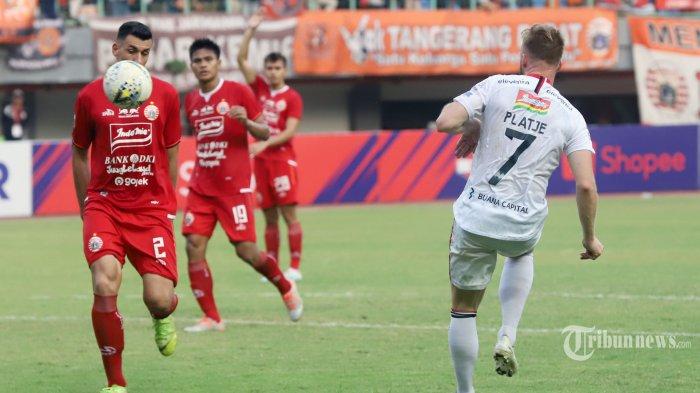 Pemain Persija Jakarta Alexandre Luiz Reame mencoba menahan tendangan dari pemain Bali United Platje pada pertandingan Liga 1 di Stadion Patriot  Candrabhaga, Bekasi, Jawa Barat, Kamis (19/9/2019). Pada laga tersebut Persija Jakarta kalah 0-1 dari Bali United. Tribunnews/Jeprima