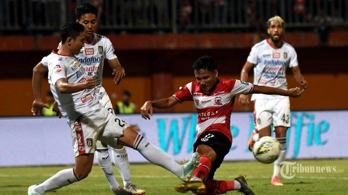 Pemain Madura United Syahrian Abimanyu (dua kanan) berusaha mencetak gol ke gawang Bali United dalam lanjutan pertandingan Liga 1 di Stadion Gelora Madura, Pamekasan, Selasa (20/8/2019). Bali United sukses mempermalukan tuan rumah Madura United lewat gol tunggal Ilija Spasojevic. SURYA/SUGIHARTO