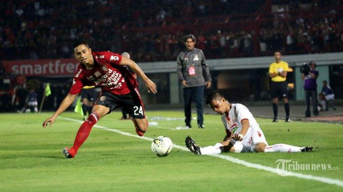 Pemain Bali United, Ricky Fajrin (kiri) berusaha menghindari adangan pemain Persija Jakarta, Ismed Sofyan dalam laga lanjutan Liga 1 2019 di Stadion Kapten I Wayan Dipta, Gianyar, Bali, Jumat (31/5/2019) malam. Bali United berhasil memenangi pertandingan dengan skor 1-0 lewat gol Paulo Sergio. Tribun Bali/Mahayasa