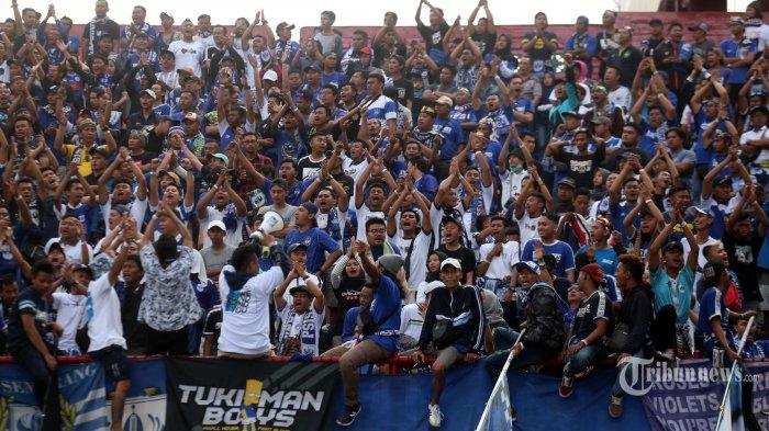 Ratusan suporter PSIS Semarang memberikan semangat kepada timnya saat bertanding melawan Bali United dalam laga lanjutan Liga 1 2019 di Stadion Kapten I Wayan Dipta, Gianyar, Bali, Sabtu (22/6/2019) sore. Bali United menang tipis 1-0. Tribun Bali/Rizal Fanany